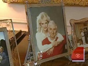 Арон Спеллинг с женой Канди на картине.